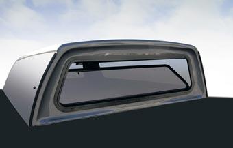 Vitre fixe avant démontable. Très utile pour laver la vitre entre le camion et la boite